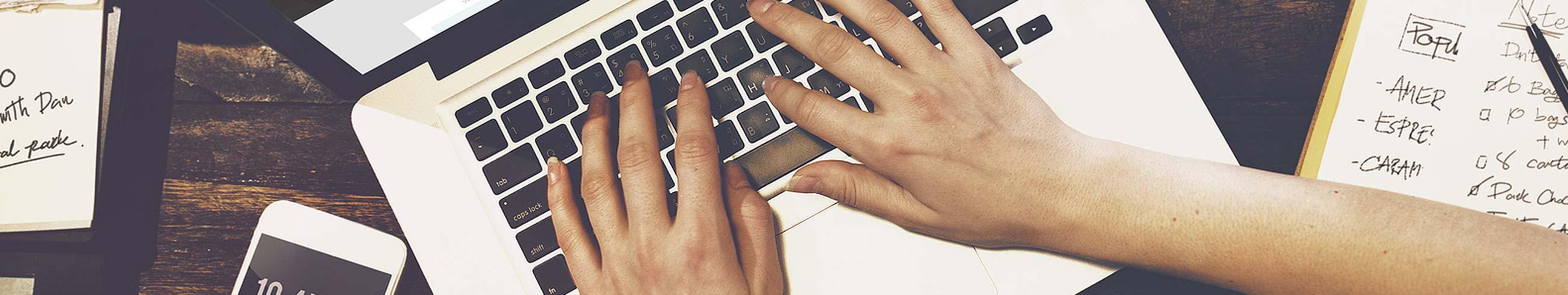 dłonie na klawiaturze